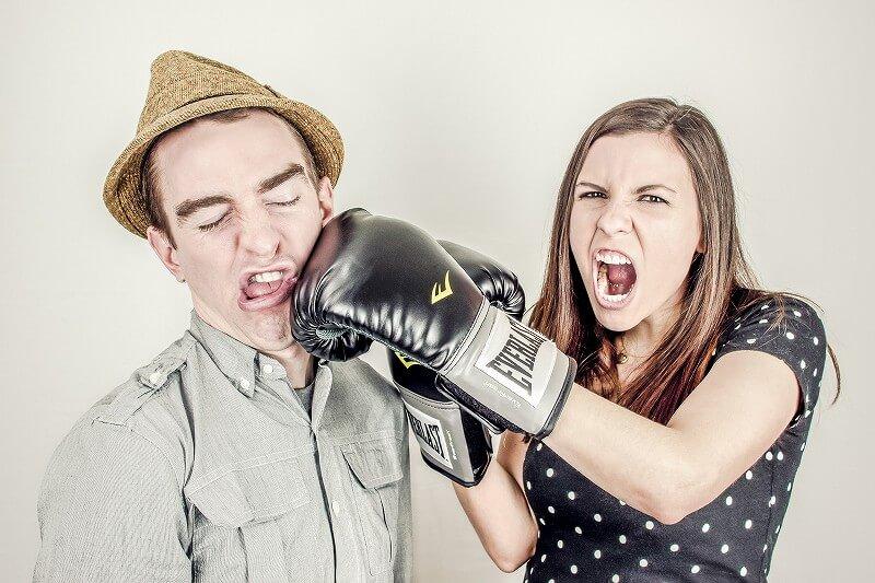 男を殴る女