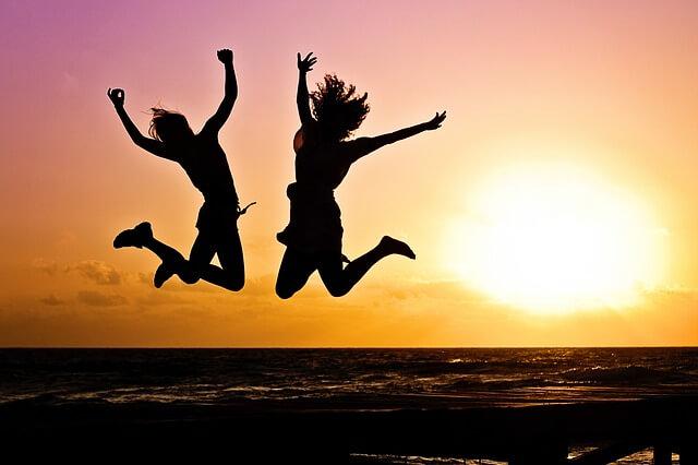 飛び跳ねる 2人