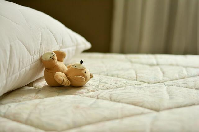 ベッド 寝転ぶクマ