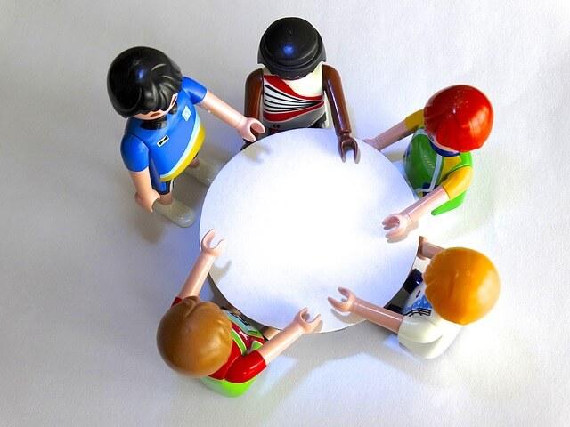 テーブルを囲む 5人