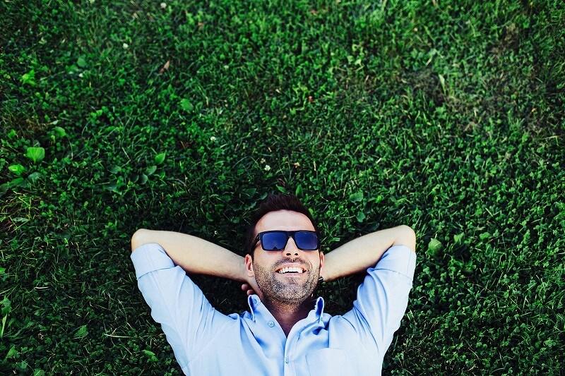 芝生 寝そべる男
