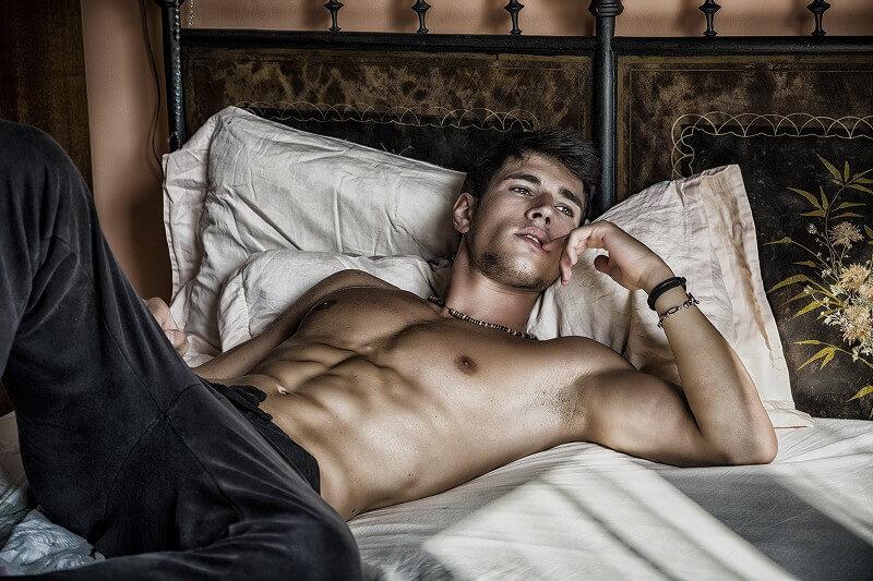 寝そべる 上半身裸の男