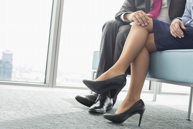 男女の 足もと