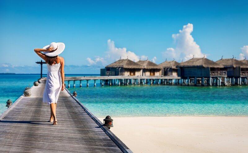 海辺 歩く女性