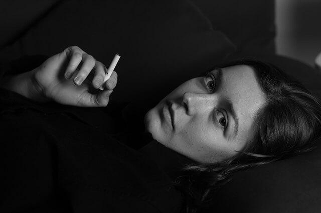 タバコを手にしてる 女性