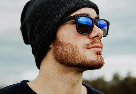 帽子をかぶる男性