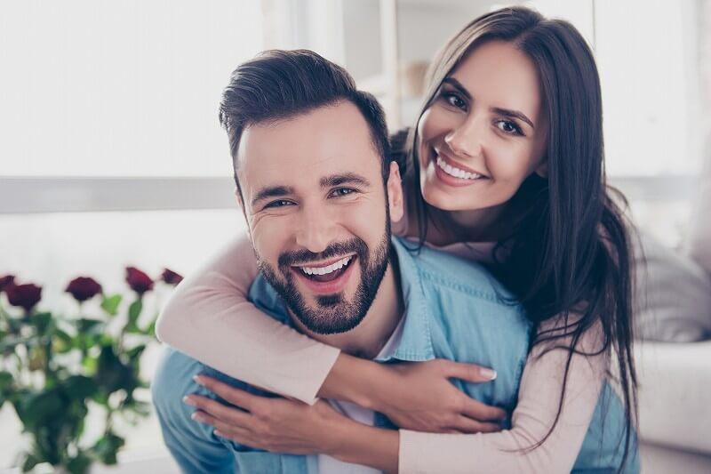 笑う 男と女