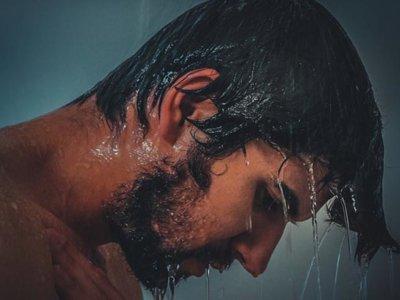 髪が濡れた男