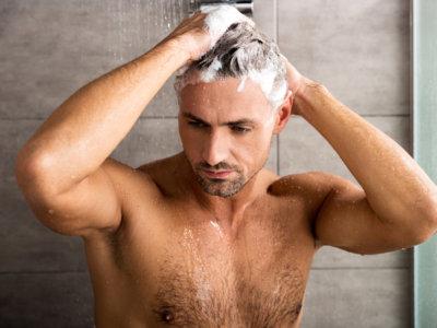 洗髪中の男