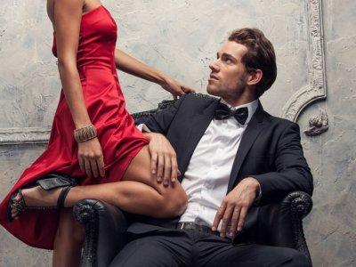 男に座る女
