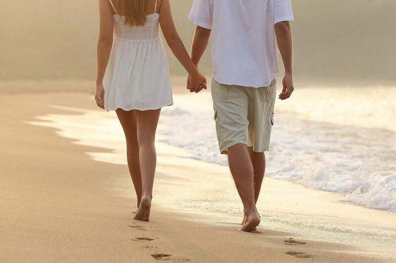海辺を歩く 二人