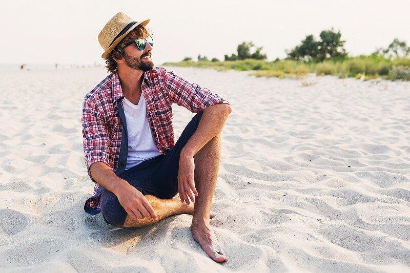 浜で座る 男