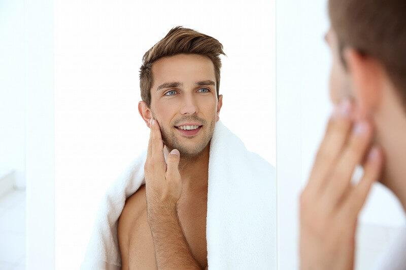 頬を触る 男性
