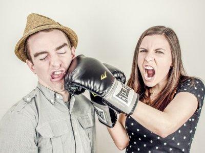 殴る 女性