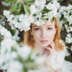 花に囲まれる 女性