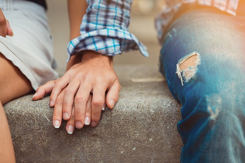 手をつなぐ 男女