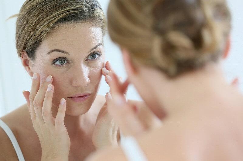 鏡を見る 女性