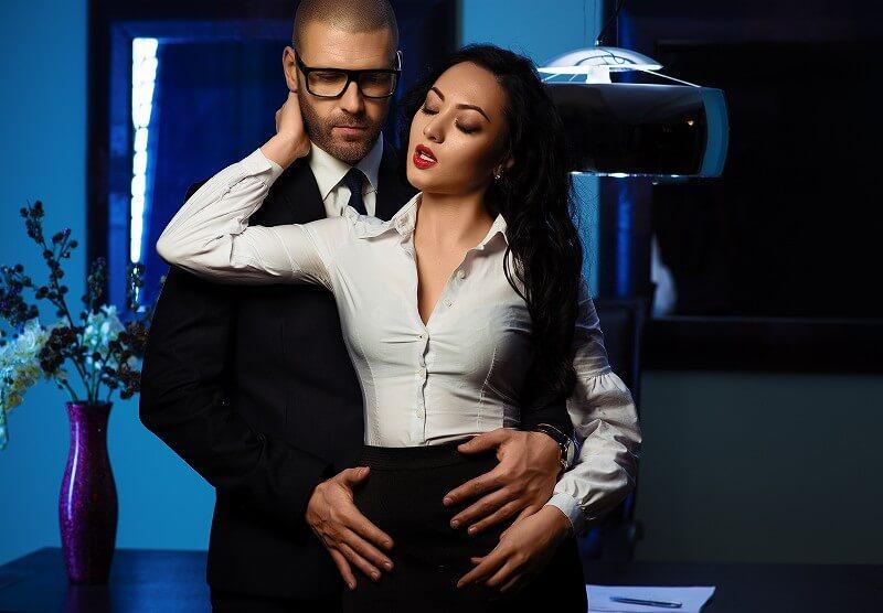 男と女 抱き合う