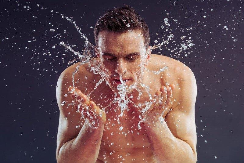 顔を洗う 男