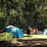 キャンプしている家族